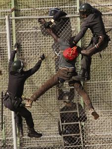 w-Antonio-Ruiz-Guardias-civiles-deportan-ilegalmenta-a-un-inmigrante-2014-Melilla-IMG_1890-227x300
